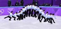 【平昌五輪】フィギュアスケート男子SPで4回転サルコーを決める羽生結弦=江陵アイスアリーナで2018年2月16日、宮間俊樹撮影(16枚の写真を合成)