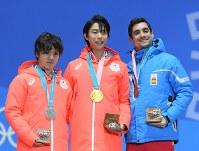 【平昌五輪】メダルセレモニーで笑顔を見せる金メダルの羽生結弦(中央)と銀メダルの宇野昌磨(左)、銅メダルのフェルナンデス=平昌メダルプラザで2018年2月17日、手塚耕一郎撮影