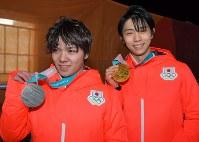 【平昌五輪】メダルセレモニーを終え笑顔でメダルを手にする金メダルの羽生結弦(右)と銀メダルの宇野昌磨=平昌メダルプラザで2018年2月17日、手塚耕一郎撮影