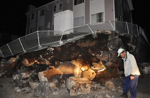 熊本地震で、アパートの土台が倒壊した現場=熊本県益城町で2016年4月14日午後10時50分、野呂賢治撮影