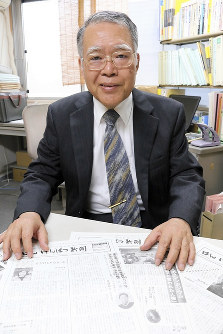 Baku Nishio, editor-in-chief of the Han Genpatsu Newspaper, shows off some back issues of the paper in Tokyo's Shinjuku Ward on May 2, 2018 (Mainichi)