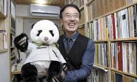 退職記念に職員から贈られたパンダのぬいぐるみを手に、パンダの魅力について語る上野動物園前園長の土居利光さん=東京都港区の自宅で、丸山博撮影