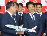 Japan national soccer team head coach Akira Nishino, center right, smiles during a departure ceremony at Narita International Airport on June 2, 2018. (Mainichi)