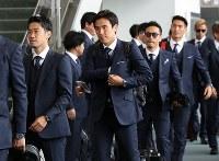 Samurai Blue players, from left, Shinji Kagawa, Makoto Hasebe, Yuto Nagatomo and others, head toward the boarding gate for their flight to Austria, at Narita International Airport, on June 2, 2018. (Mainichi)