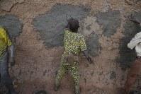 壁塗りをする子ども。当日は老若男女2000人が集まった=マリ・ジェンネで2018年4月15日、写真家の長倉洋海さん撮影