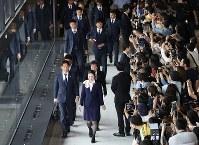 飛行機の搭乗口に向かう西野監督(手前左)やサッカー日本代表の選手たち=成田空港で2018年6月2日午前10時18分、佐々木順一撮影