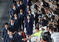 飛行機の搭乗口に向かう(中央左から奥へ)香川、長友、酒井高、本田らサッカー日本代表の選手たち=成田空港で2018年6月2日午前10時19分、佐々木順一撮影