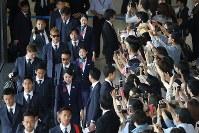 飛行機の搭乗口に向かう本田(左列中央)らサッカー日本代表の選手たち=成田空港で2018年6月2日午前10時19分、佐々木順一撮影
