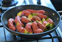 フライパンにオリーブ油を熱し、巻き終わりを下にして中火で焼く=手塚耕一郎撮影