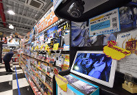 カー用品店に並ぶさまざまなドライブレコーダー=大阪府豊中市で、猪飼健史撮影