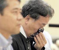 ジャイアントパンダのシンシンの赤ちゃんが死んだことを受けた記者会見で、感極まる土居利光園長(当時)=東京都新宿区の都庁で2012年7月11日午後、小出洋平撮影