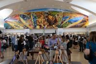 ロバート・ケネディ元司法長官の暗殺50年に合わせた記念行事で生徒の作品を見る人々=米ロサンゼルスで2018年6月2日、ルーベン・モナストラ撮影