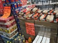 「ラマダンお買い得商品ヒヨコマメ」と書かれたスーパーの値札(中央)。断食明けの食事のために、この時期は人々がたくさんものを買います