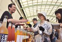 さまざまな梅酒を品定めして味わう客ら=和歌山県海南市藤白の中野BCで、木原真希撮影