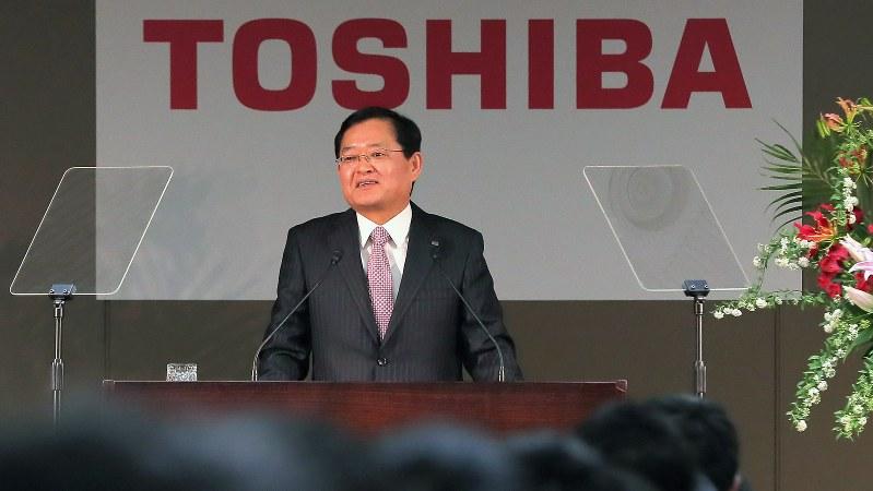新入社員を前にあいさつする東芝の車谷暢昭会長=2018年4月2日、和田大典撮影