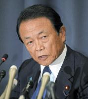 記者会見に臨む麻生太郎財務相=財務省で2018年6月4日、手塚耕一郎撮影