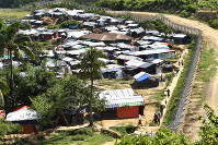 Rohingya huts dot the buffer zone between Bangladesh and Myanmar on May 28, 2018. (Mainichi)