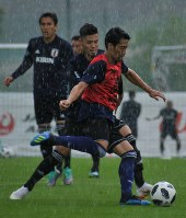Players of Japan's national soccer team engage in game-situation training in Seefeld, Austria, on June 4, 2018. (Mainichi)