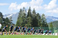 Players of Japan's national soccer team run during training in Seefeld, Austria, on June 4, 2018. (Mainichi)