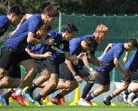 Samurai Blue players run during World Cup training in Seefeld, Austria, on June 4, 2018. (Mainichi)