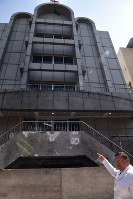 ディタ・ウプリアルト容疑者が爆弾を積んだ車で突っ込んだ中央スラバヤ・パンテコスタ教会。燃えた壁や突き刺さったままの破片について説明するジョナサン・ワホノ司祭=インドネシア・ジャワ島東部スラバヤで、2018年6月3日、武内彩撮影