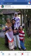 ディタ・ウプリアルト容疑者の妻と子供たち=妻のフェイスブックから