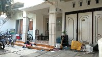 教会で自爆テロを起こしたディタ・ウプリアルト容疑者の自宅。警察が捜索のために割った窓ガラスなどが散乱していた=インドネシア・ジャワ島東部スラバヤで2018年6月2日、武内彩撮影