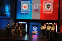 「クラロワリーグ アジア」で対戦する日本の「FAV gaming」と韓国の「OGN ENTUS」=ソウルのeスポーツ専用テレビ局、OGNのスタジオで2018年6月1日、平野啓輔撮影
