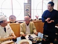 荒木清文さん(右)の話を聞く巽好幸先生(中央)と大引伸昭先生=富山県滑川市の割烹あらきで、松井宏員撮影