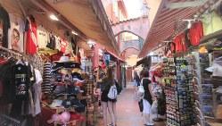 王宮横の迷路状の旧市街ではリゾート客がみやげ物を物色(写真は筆者撮影)