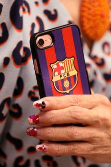 小柳ルミ子さんのスマートフォン。ケースには愛するバルセロナのロゴ=2018年5月、小座野容斉撮影