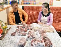 持ってきた鹿肉を前に話をする岡本英活さん(左)と青木美紀さん=高知市で、松原由佳撮影