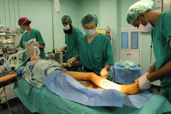 ガザ:「足を銃撃され重傷の男性...
