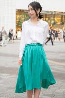 今年の春夏の流行色、グリーンのスカートをはいた女性=日本ファッション協会提供