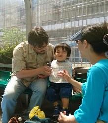 夫婦で子供にご飯を食べさせる家族。父親も手馴れた様子だ=川崎市川崎区で2018年6月2日午後3時51分、田村佳子撮影