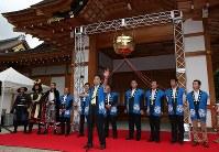 名古屋城本丸御殿の全面公開を迎えオープニングセレモニーであいさつする河村たかし名古屋市長(中央)=名古屋市中区で2018年6月8日午前9時15分、兵藤公治撮影