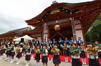 名古屋城本丸御殿が完成しオープニングセレモニーで踊る園児たち=名古屋市中区で2018年6月8日午前9時11分、兵藤公治撮影