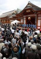 名古屋城本丸御殿の完成セレモニーに集まった大勢の観光客ら=名古屋市中区で2018年6月8日午前9時10分、兵藤公治撮影