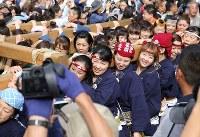 「つきじ獅子祭」で、みこしを担ぐ女性たち=東京都中央区で2018年6月8日、宮武祐希撮影