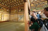 一般公開が始まった名古屋城の本丸御殿で写真を撮る人たち=名古屋市中区で2018年6月8日午後1時50分、兵藤公治撮影