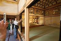 一般公開が始まった名古屋城の本丸御殿で写真を撮る人たち=名古屋市中区で2018年6月8日午後1時46分、兵藤公治撮影