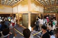 一般公開が始まり名古屋城の本丸御殿を内覧する人たち=名古屋市中区で2018年6月8日午後1時38分、兵藤公治撮影