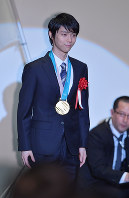 Figure skating star Yuzuru Hanyu attends the Japanese Olympic Committee Sports Award ceremony in Tokyo's Chiyoda Ward, on June 8, 2018. (Mainichi)