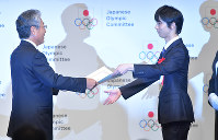 Figure skating star Yuzuru Hanyu, right, receives a special distinction award certificate from Japanese Olympic Committee President Tsunekazu Takeda at the JOC Sports Award ceremony in Chiyoda Ward, Tokyo, on June 8, 2018. (Mainichi)