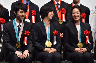 From left to right, figure skating star Yuzuru Hanyu, as well as winners in the women's team pursuit Miho Takagi and Ayaka Kikuchi, are seen at the Japanese Olympic Committee Sports Award ceremony in Tokyo's Chiyoda Ward, on June 8, 2018. (Mainichi)