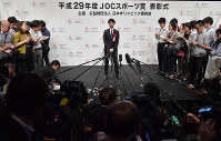 Figure skating star Yuzuru Hanyu is interviewed after the Japanese Olympic Committee Sports Award ceremony in Tokyo's Chiyoda Ward, on June 8, 2018. (Mainichi)