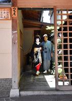 襟替え当日。男衆さん(右)とともに、少し緊張した面持ちで屋形を出てあいさつ回りに向かった=京都市東山区で2018年5月25日、川平愛撮影
