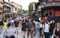 多くの外国人観光客が歩く祇園の花見小路=京都市東山区で2018年5月11日、川平愛撮影