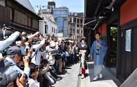 たくさんのカメラマンらが待ち構えるなか、お茶屋やなどへのあいさつ回りをする茉利佳さん=京都市東山区で2018年5月25日、川平愛撮影