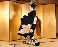 髪の上部に「橋」と呼ばれる髷(まげ)がついた「先笄」の髪型に黒紋付姿で「黒髪」(くろかみ)という舞を披露する。襟替え直前の時期に見られる舞で、独り寝の女の悲しく、切ない思いが繊細に表現されている。この髪型を最後に、芸妓になるとかつらに変わる=京都市東山区で2018年5月17日、川平愛撮影